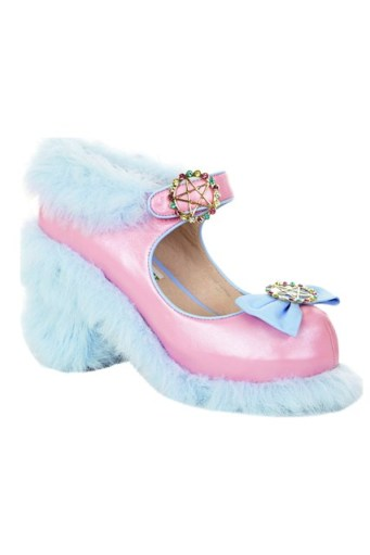 blue-fluffy-shoe-vogue-19nov13_b_426x639